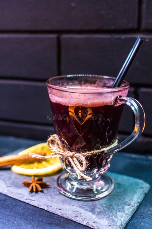 Cocktail gegen die schwarze Backsteinmauer stockfoto