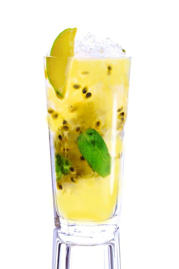 Download Cocktail Giallo Su Fondo Bianco Immagine Stock - Immagine di cocktail, miscela: 30830225