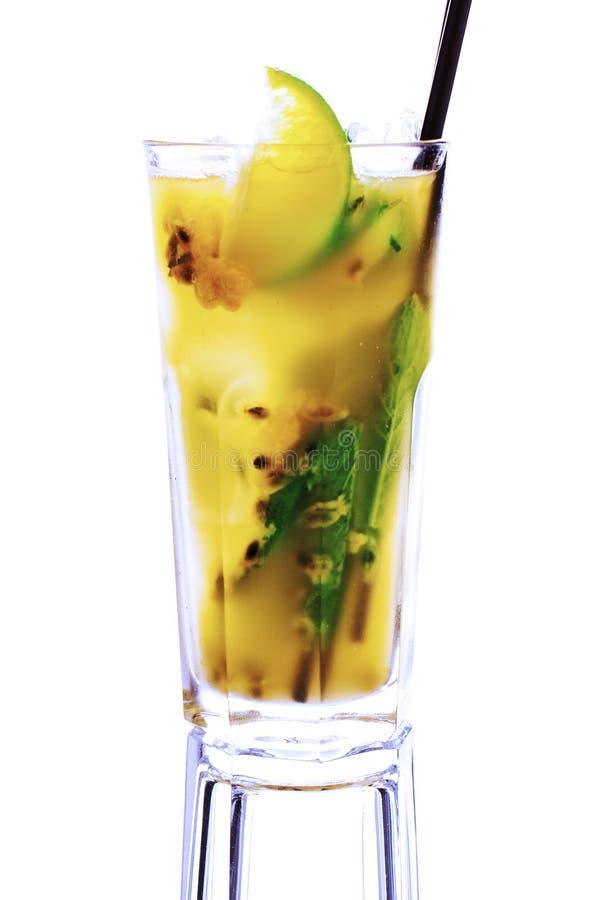 Download Cocktail Giallo Su Fondo Bianco Fotografia Stock - Immagine di freddo, duro: 30830258