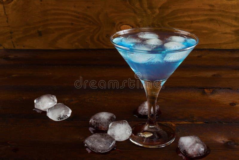 Cocktail glacé bleu de margarita sur le fond rustique images libres de droits