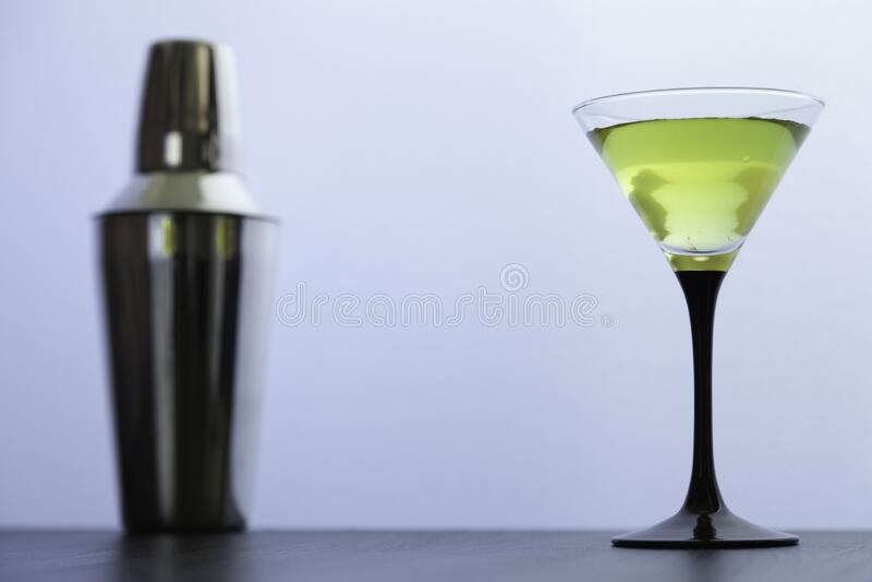 Cocktail-glas en cocktailshaker op wit royalty-vrije stock afbeelding
