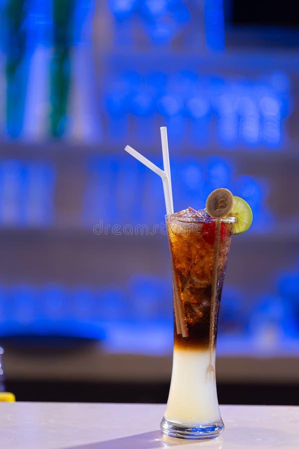 Cocktail Hintergrund in einer Spirituosenleiste lizenzfreies stockbild