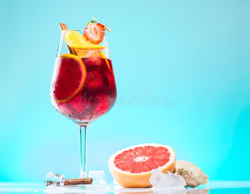 Cocktail Jager-Bombe auf azurblauem Hintergrund lizenzfreies stockbild