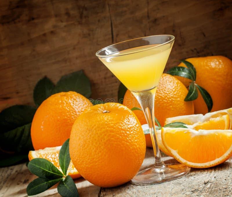 Cocktail jaune avec le jus d'orange dans un verre de martini, sélectif photographie stock libre de droits