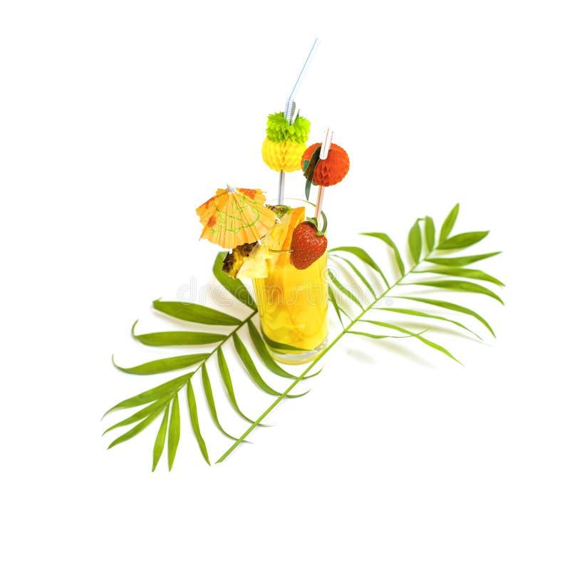 Cocktail jaune coloré d'été décoré des fruits tropicaux, images libres de droits