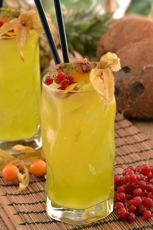 Cocktail jaune tropical image stock