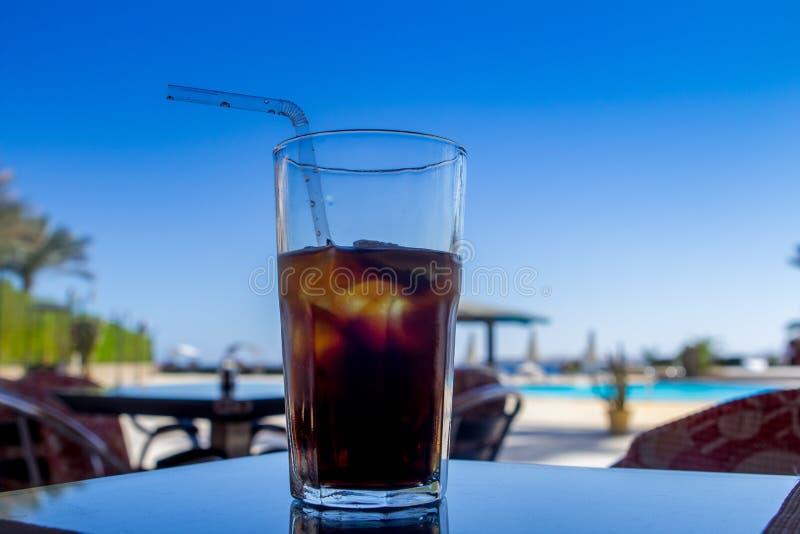 Cocktail Kubas Libre mit Koks und Eis im Glas am Morgen lizenzfreie stockbilder