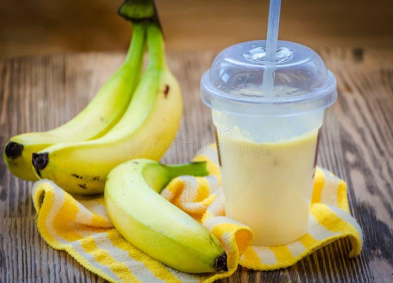 Cocktail leitoso da banana em um vidro fotografia de stock royalty free