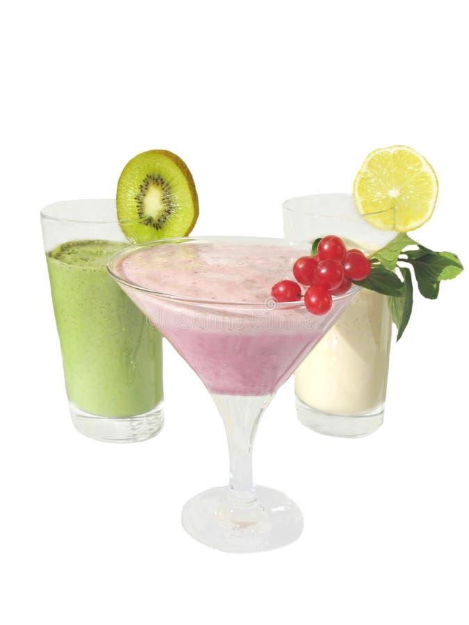 Cocktail leitosos decorados por fatias da fruta fotos de stock