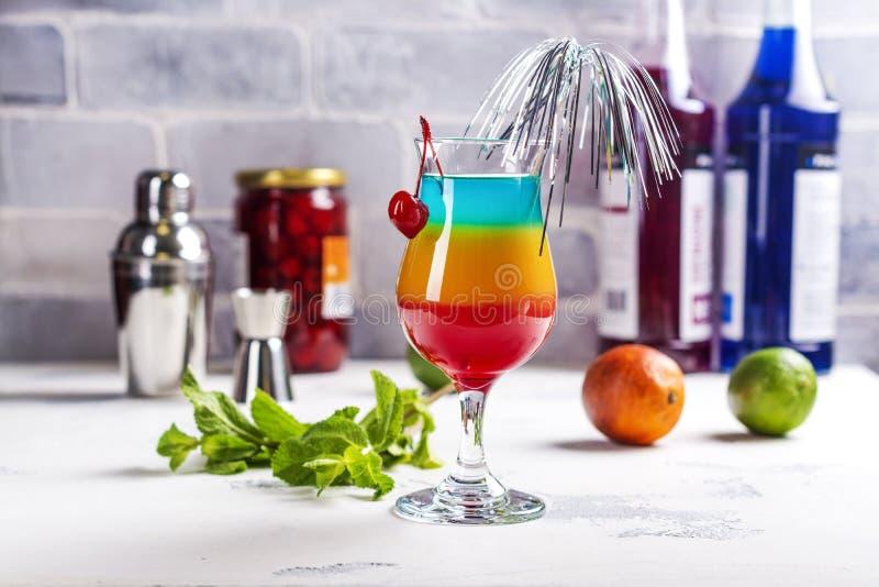 Cocktail mergulhado arco-íris do verão fotografia de stock