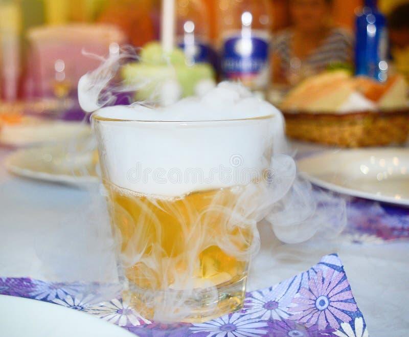 Cocktail met droge ijsrook Het concept ontwerp, club, bar Rook Het voorbereiden van een cocktail met droog ijs stock foto's