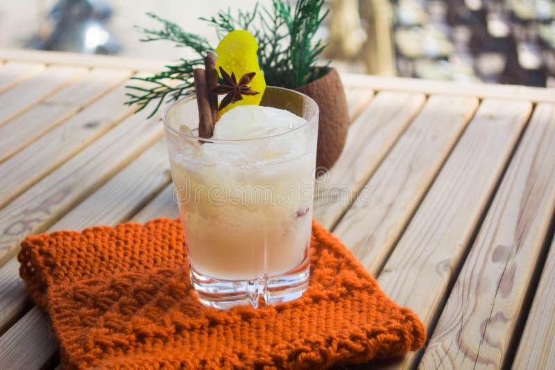 Cocktail met een coco royalty-vrije stock afbeeldingen