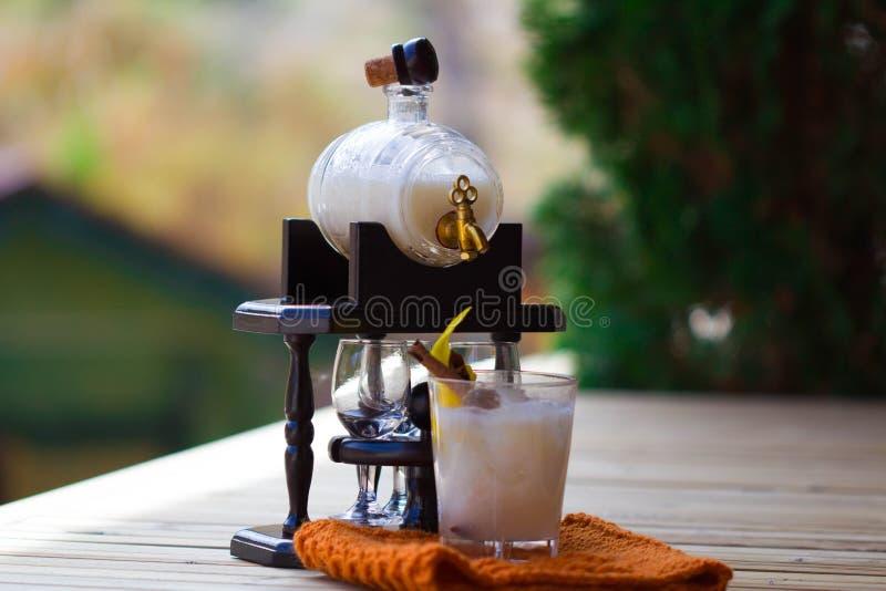 Cocktail met een coco stock foto
