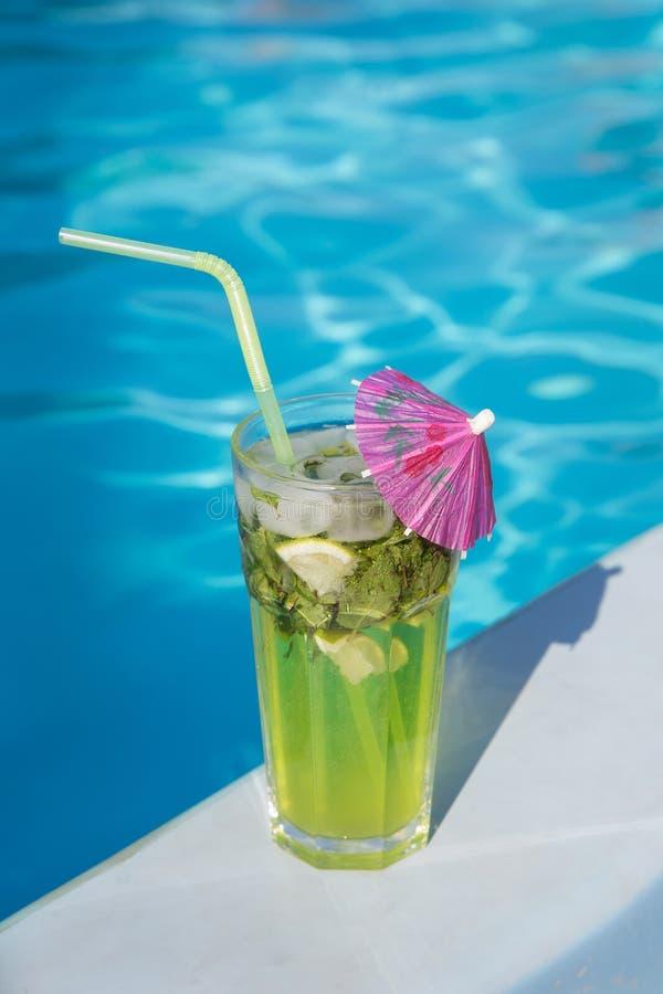 Cocktail met ijs dichtbij de pool royalty-vrije stock foto