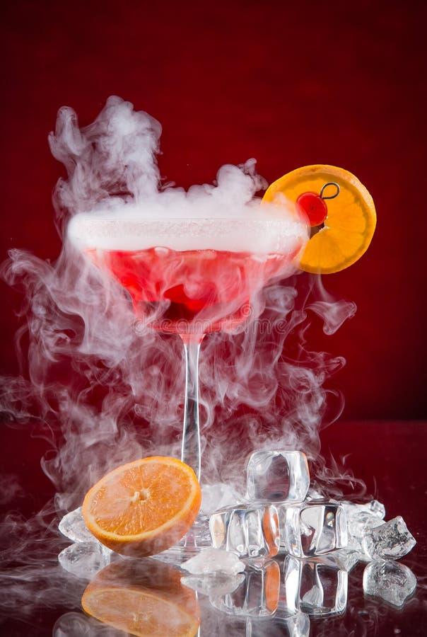Cocktail met ijsdamp op barbureau stock foto