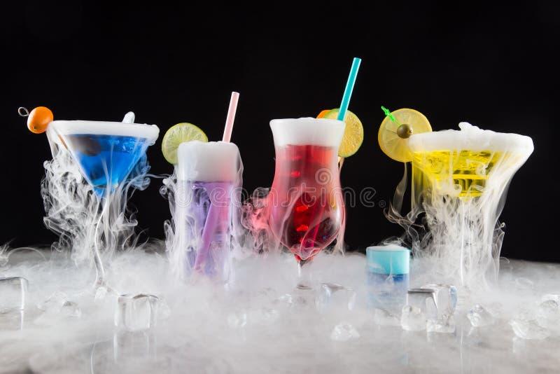 Cocktail met ijsdamp op barbureau royalty-vrije stock afbeelding