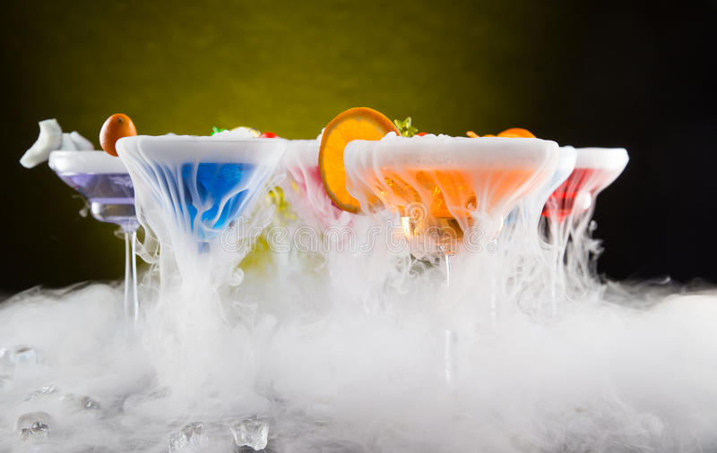 Cocktail met ijsdamp op barbureau stock afbeeldingen