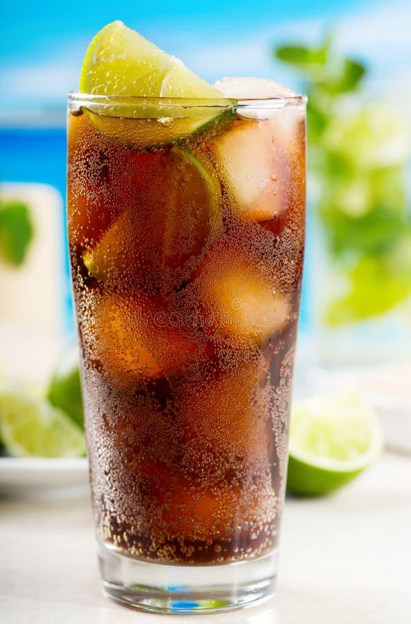 Cocktail met kalk en Kola stock foto