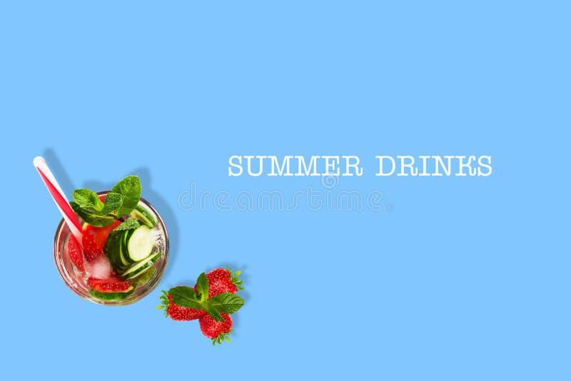 Cocktail met komkommer, aardbei, munt, en ijs op een blauwe achtergrond Hoogste mening De ruimte van het exemplaar Plaats voor te royalty-vrije illustratie