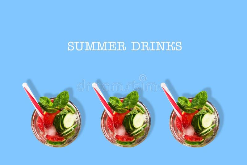 Cocktail met komkommer, aardbei, munt, en ijs op een blauwe achtergrond Hoogste mening De ruimte van het exemplaar Plaats voor te vector illustratie
