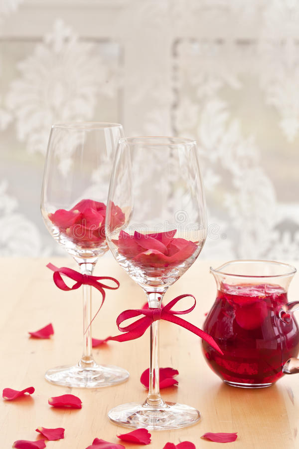 Cocktail met roze bloemblaadjes royalty-vrije stock fotografie
