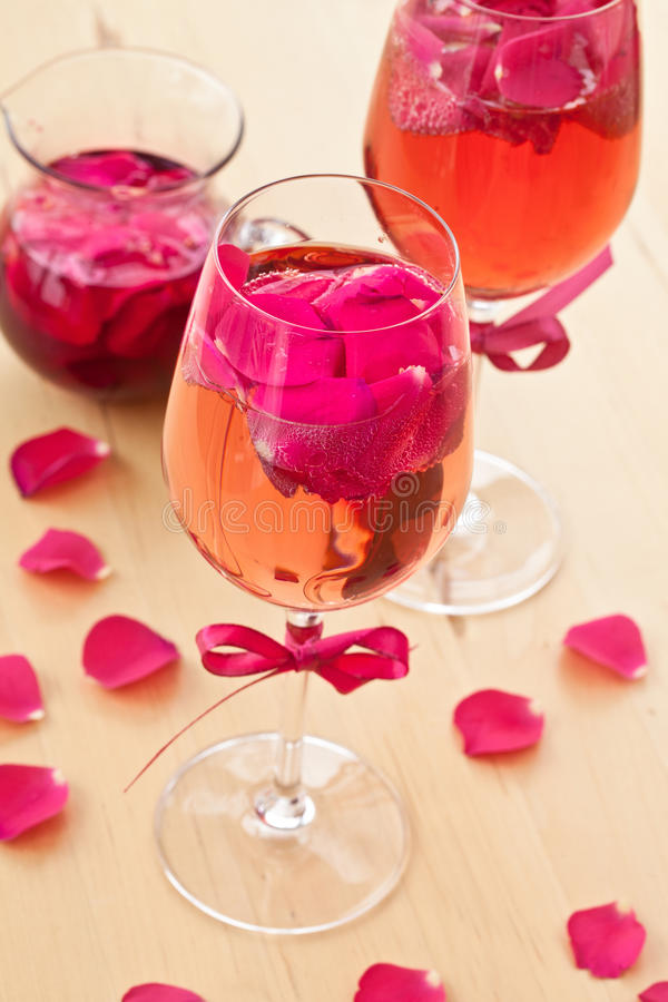 Cocktail met roze bloemblaadjes stock fotografie