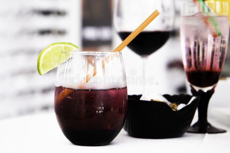 Cocktail misto in vetro unico fotografia stock libera da diritti