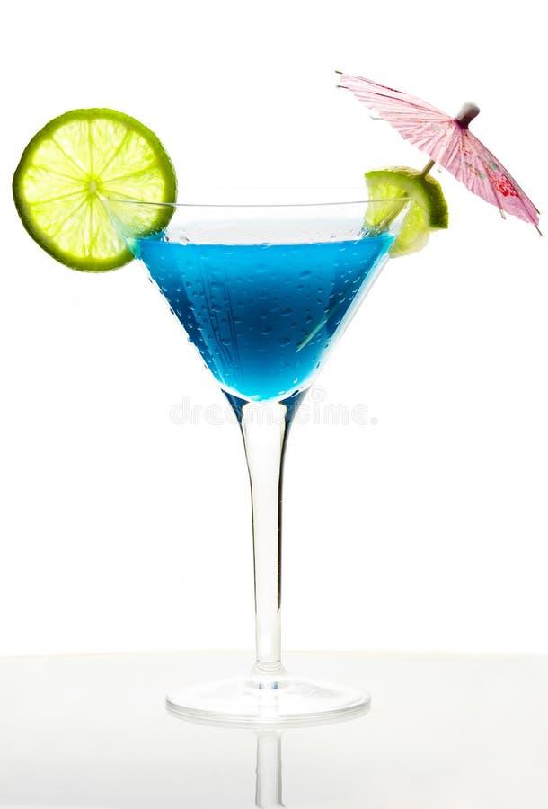 Cocktail mit blauem Curaçao stockbild