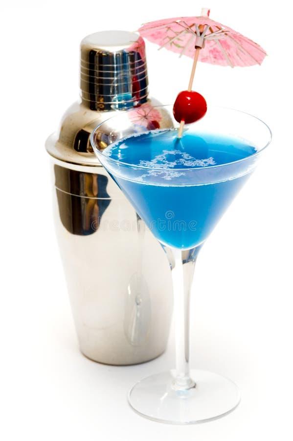 Cocktail mit blauem Curaçao u. Rüttler stockbild