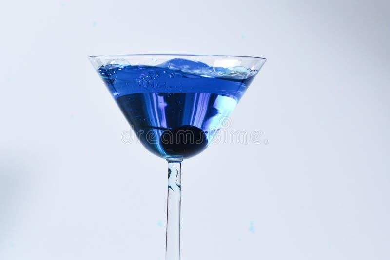 Cocktail mit blauer Fl?ssigkeit im Glas lizenzfreie stockfotografie