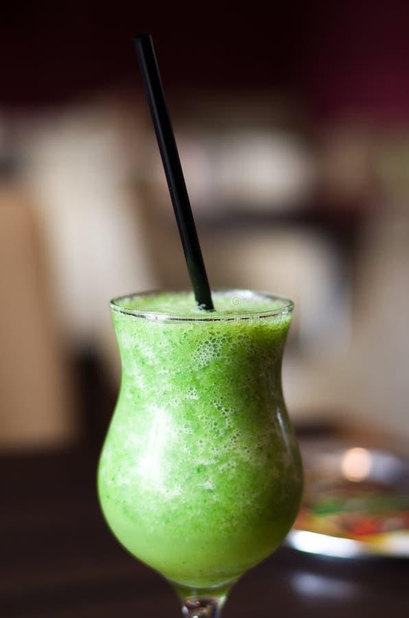 Cocktail mit der Kiwi, die auf dem Tisch unter dem Sonnenlicht steht lizenzfreie stockfotos