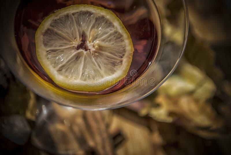 Cocktail mit einer Zitrone stockfoto