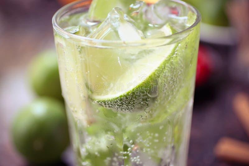 Cocktail mit Kalk und Eis lizenzfreie stockfotos