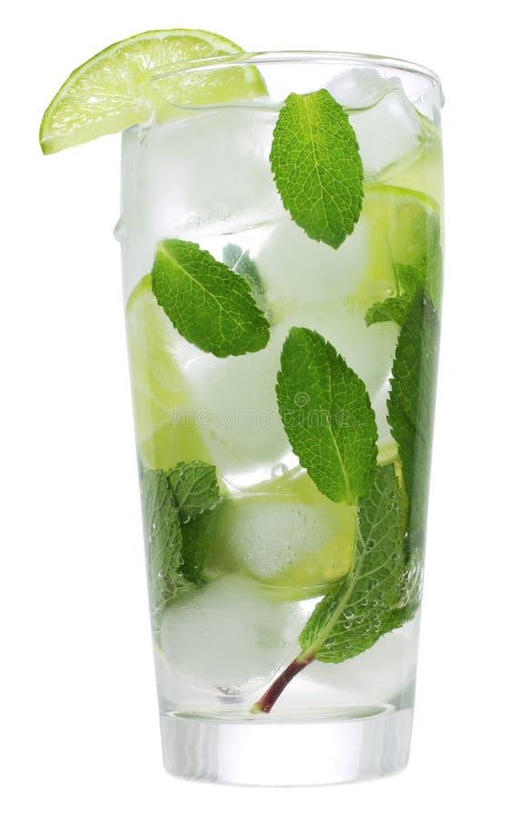 Cocktail mit Kalk und Minze lizenzfreie stockbilder