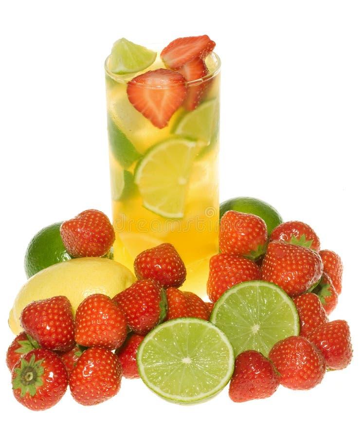 Cocktail mit Kalk, Zitrone und Erdbeere lizenzfreies stockbild