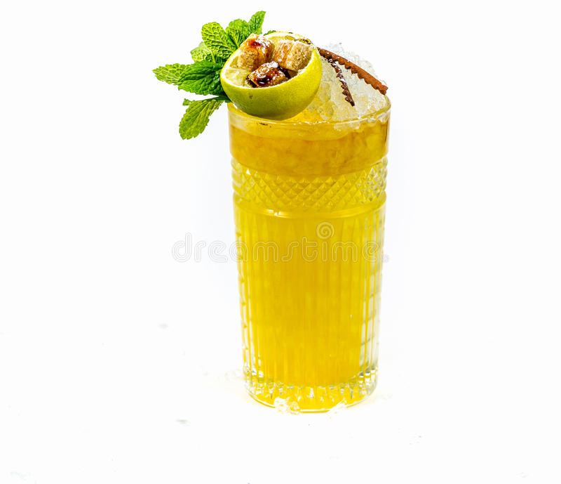 Cocktail mit Zitrusfruchtlikör und -whisky lizenzfreies stockfoto