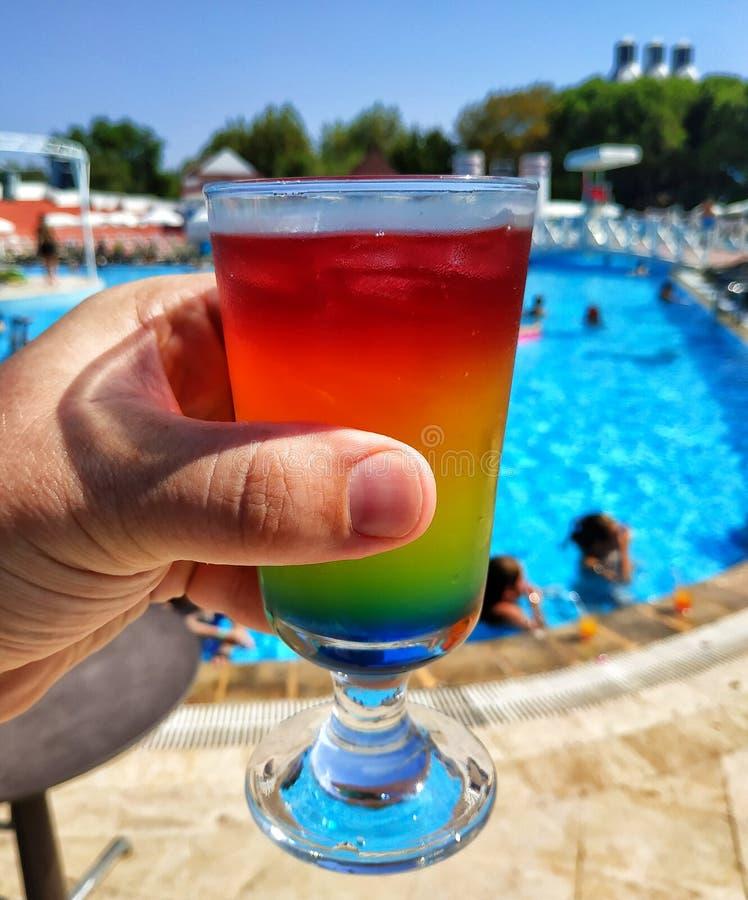 Cocktail multicolore en verre de highball photos libres de droits