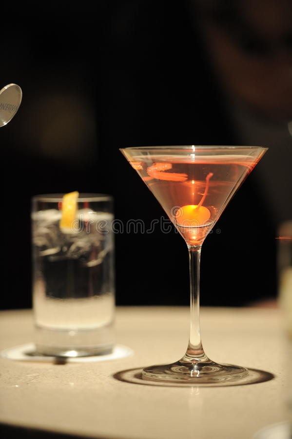Cocktail na barra imagens de stock royalty free
