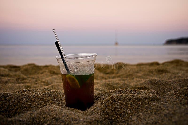 Cocktail na praia foto de stock