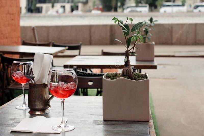 Cocktail na tabela na barra foto de stock
