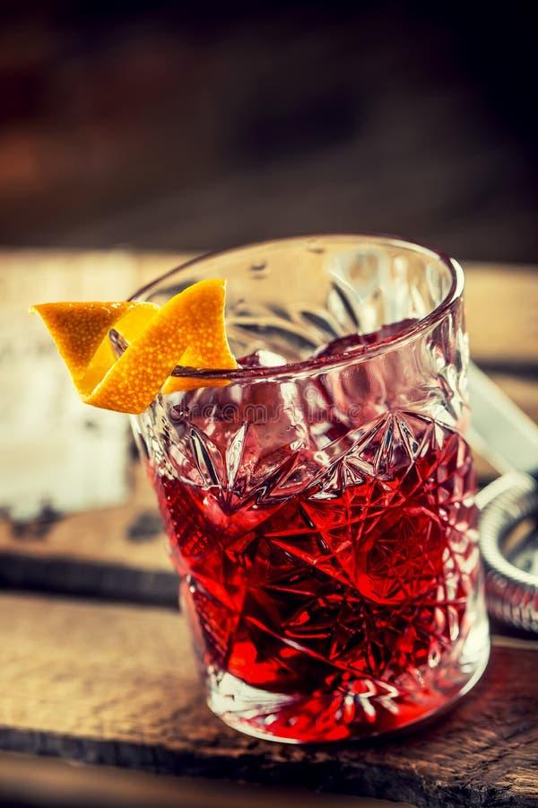 Cocktail Negroni su un bordo di legno anziano Bevanda con gin, campari immagini stock libere da diritti