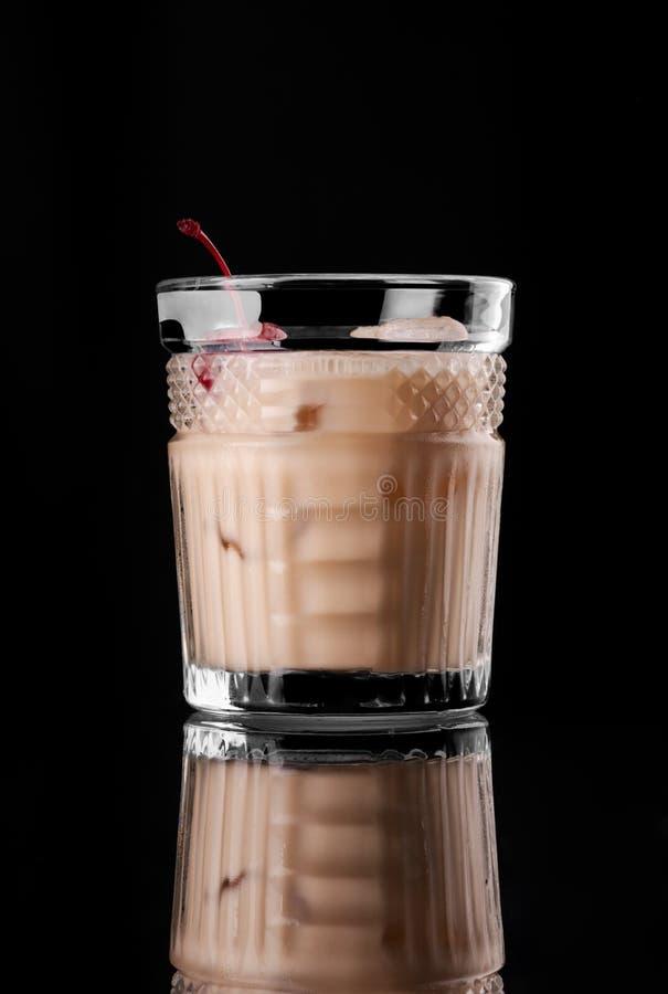 Cocktail no tiro alaranjado da cereja do leite do rum do tônico preto do wiskey da vodca da barra do restaurante da disposição do fotografia de stock royalty free