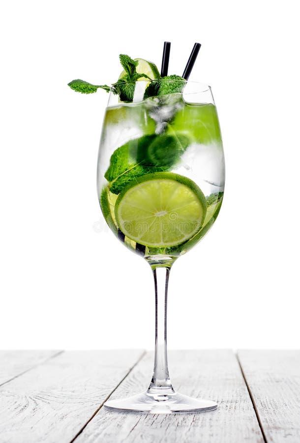 Cocktail no vidro de vinho feito com champanhe, soda, cal, hortelã no fundo branco fotos de stock royalty free
