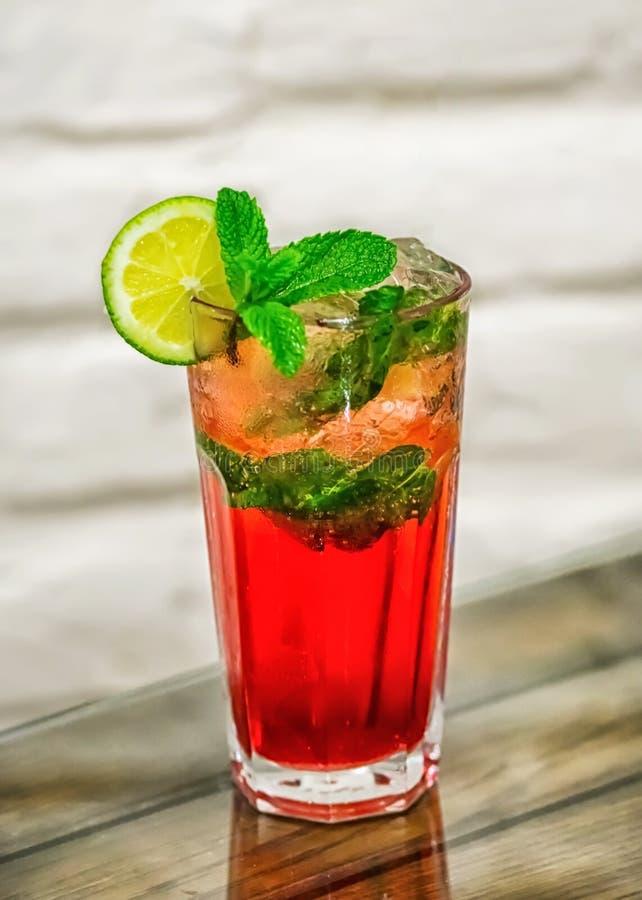 Cocktail op de lijst royalty-vrije stock fotografie