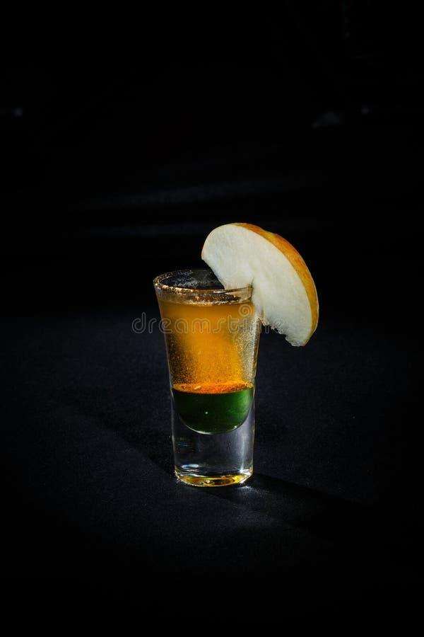 Cocktail op een zwarte achtergrond royalty-vrije stock afbeelding