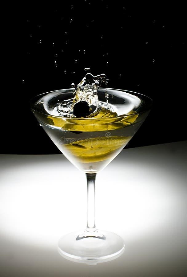 Cocktail op een zwarte achtergrond royalty-vrije stock foto