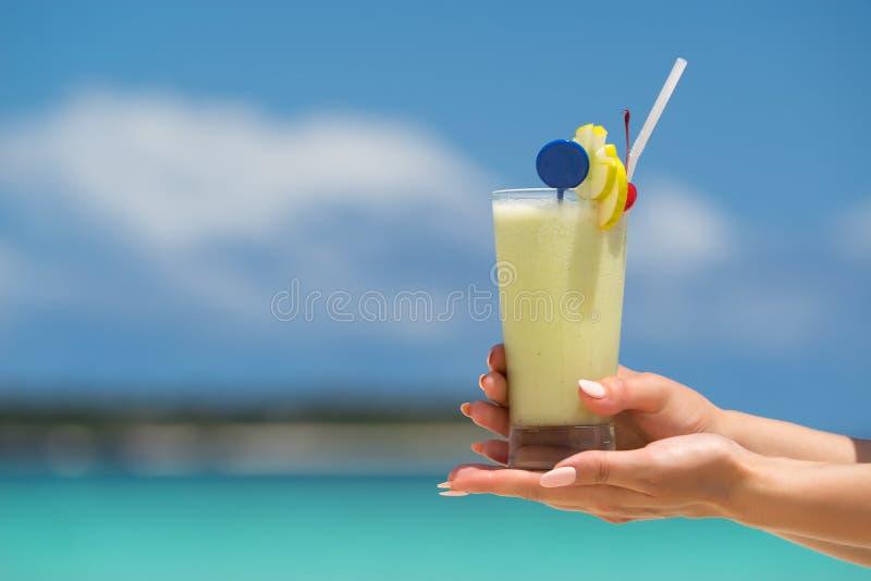 Cocktail op het strand Concept luxevakantie royalty-vrije stock fotografie