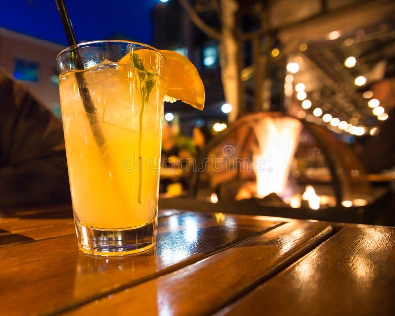 Cocktail in openlucht bij nacht met lichten royalty-vrije stock afbeelding