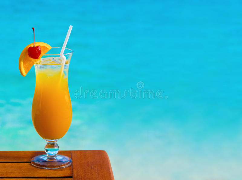 Cocktail orange sur la table image stock