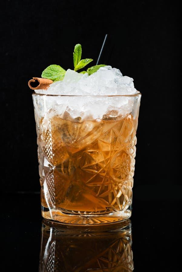 Cocktail original avec la menthe et la cannelle, whiskey avec de la glace photo stock
